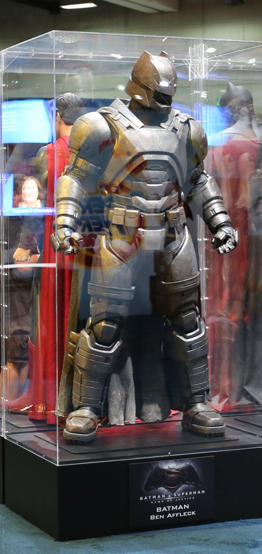 Костюмы, гаджеты и фигурки Бэтмена на Comic-Con 2015 - Изображение 19