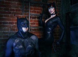 Бэтмен спасает Женщину-кошку из плена Загадочника в новом косплее