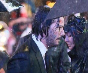 Промокший иочень злой Киану Ривз нановых кадрах сосъемок «Джона Уика3»