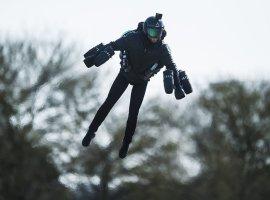 Реальный Железный человек поставил новый рекорд скорости полета нареактивном ранце
