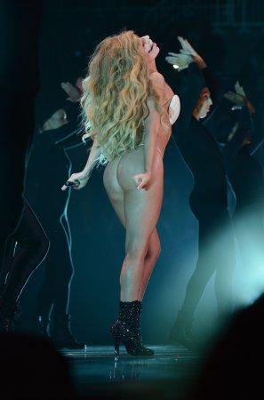 4 самых необычных наряда премии MTV Video Music Awards
