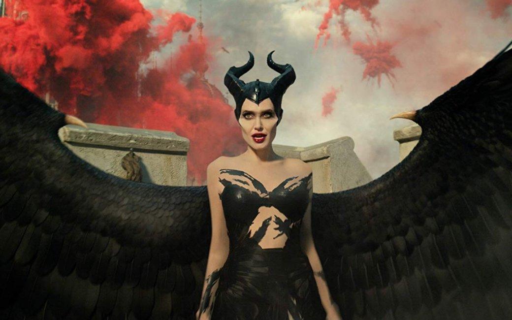 17октября выходит «Малефисента: Владычица тьмы» (Maleficent: Mistress ofEvil)— долгожданный фильм ободной изсамых популярных злодеек Disney. Мне уже удалось увидеть продолжение истории отемной фее, наложившей заклятие напринцессу Аврору. Первая картина отошла отпривычного сюжета, ипринцесса пробудилась отвечного сна благодаря Малефисенте. Ихотя сказка подошла клогическому завершению, героинь вновь настигают проблемы.