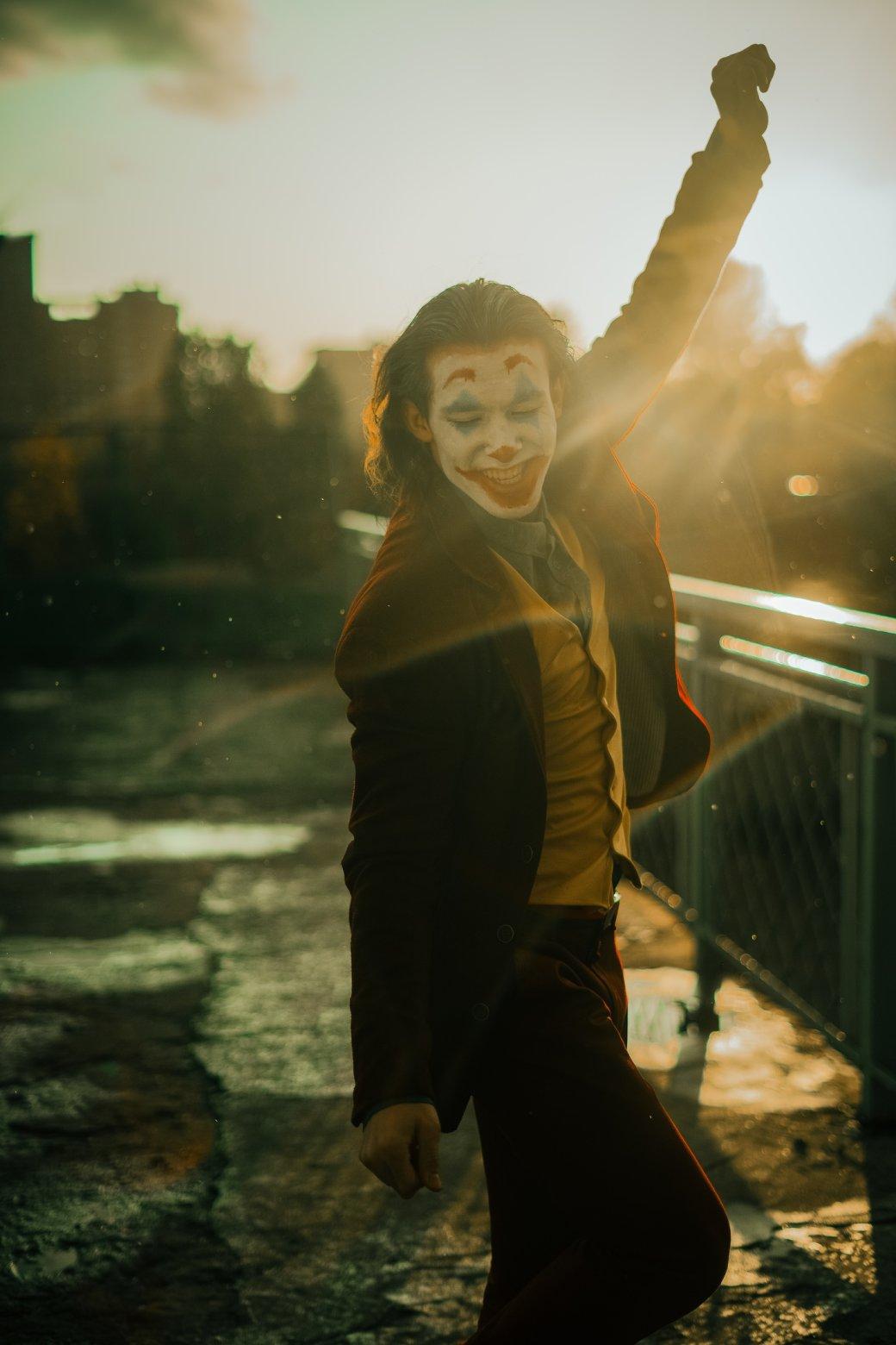 Безумный и грустный Джокер пляшет в новом косплее | Канобу - Изображение 8