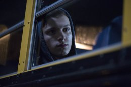 Питер Паркер куда-то бежит на свежих фото со съемок фильма «Человек-паук: Вдали от дома»